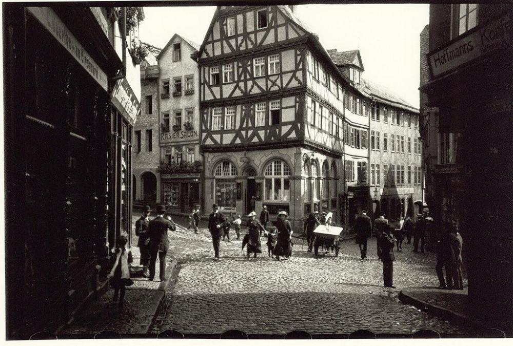 1024px-1913_Oskar_Barnack_Wetzlar_Eisenmarkt.thumb.jpg.b7ca5a1d40f0139611a56ca0653d8eb8.jpg