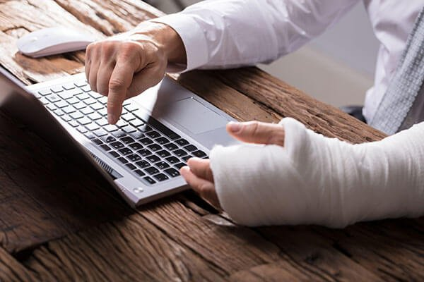 man-with-broken-arm-laptop-plastercast-claim-concept_shutterstock_1037670892.jpg.f88ced3621f0b97ac98ee6801f49e032.jpg