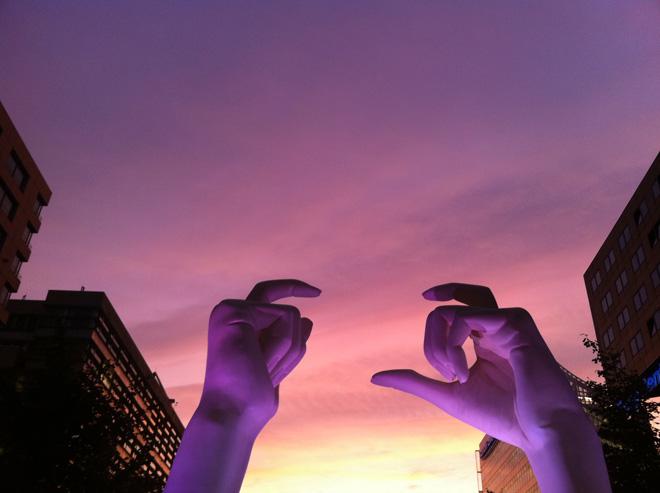 Nikon V1 - big hands for small camera