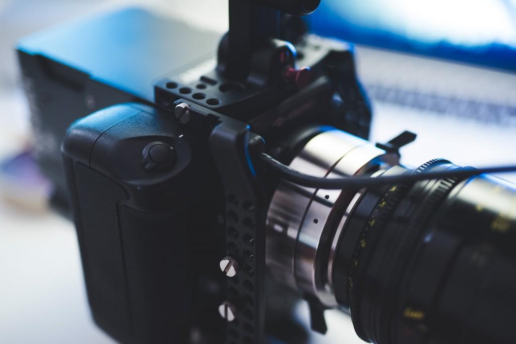 The KineMINI DSLR battery grip is a modified Nikon grip
