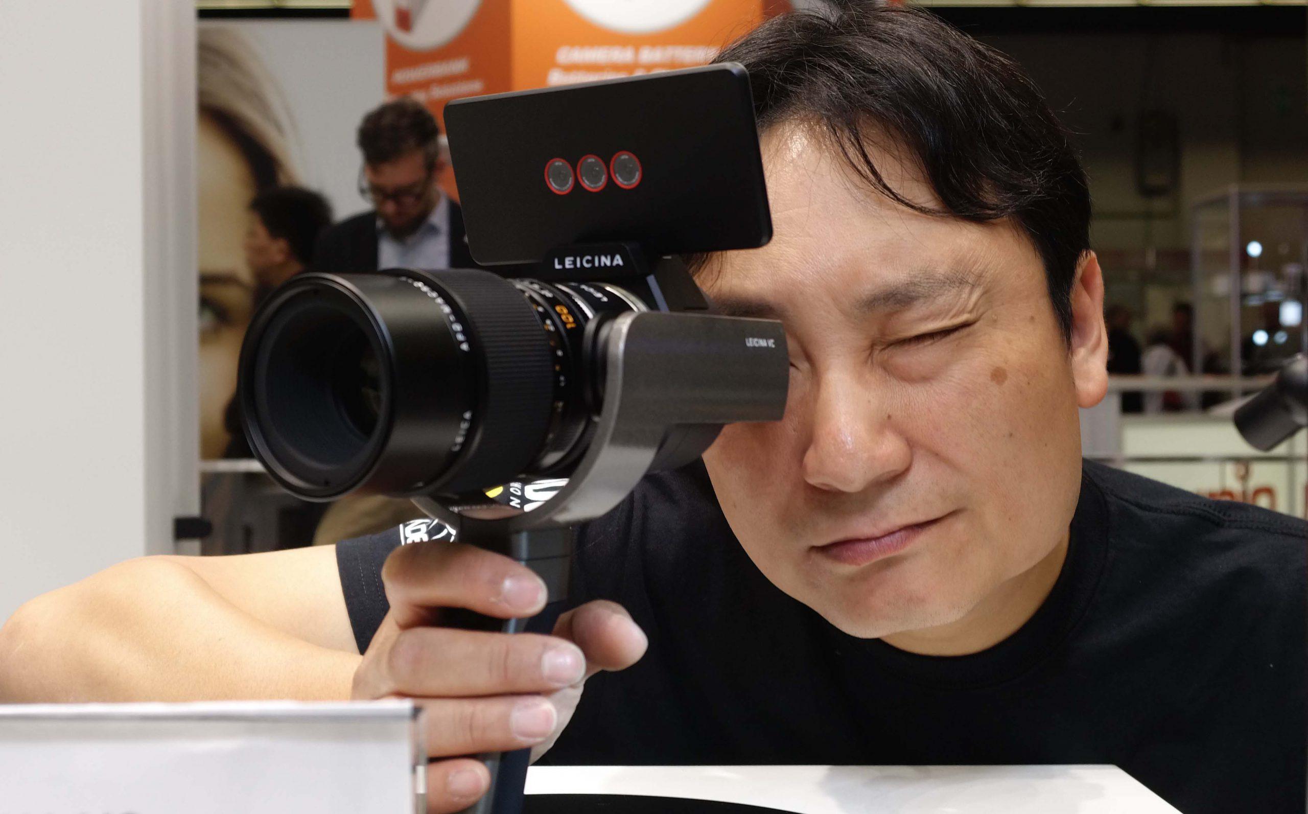 Dan Chung shoots with the Leicina prototype direct's viewfinder at Photokina 2016